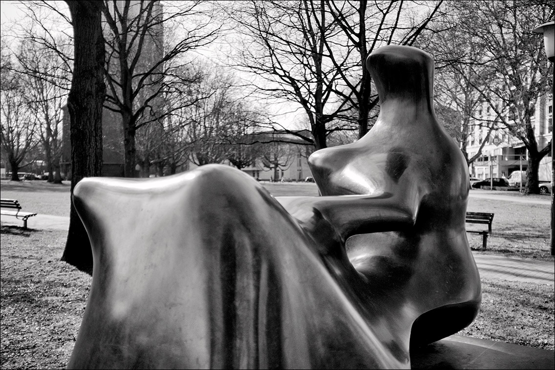 2012 0325AX in Henry Moore: Liegende (1979)