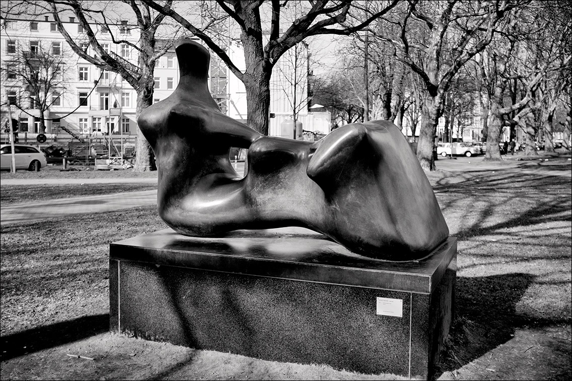 2012 0325BF in Henry Moore: Liegende (1979)