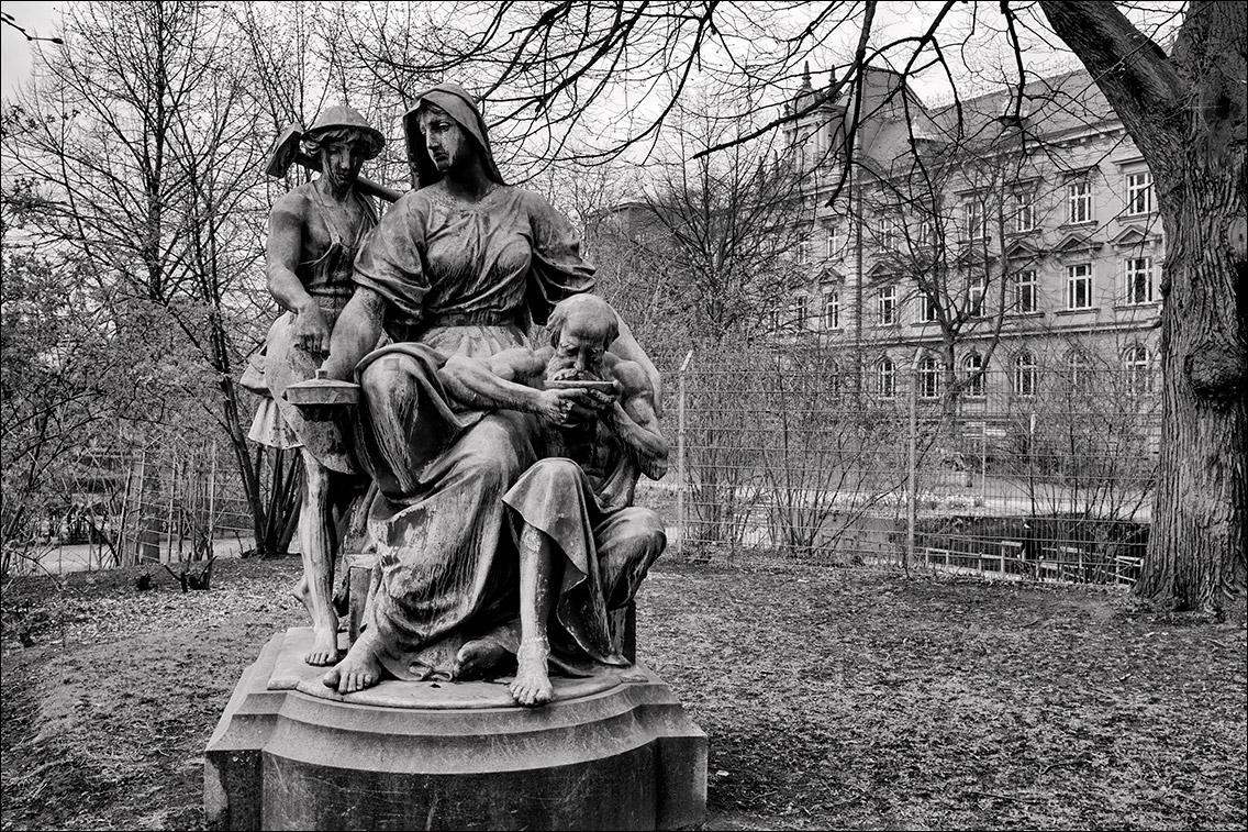 2012 0402AM in Kaiser-Wilhelm-Denkmal und vier allegorische Begleitfiguren am Sievekingplatz