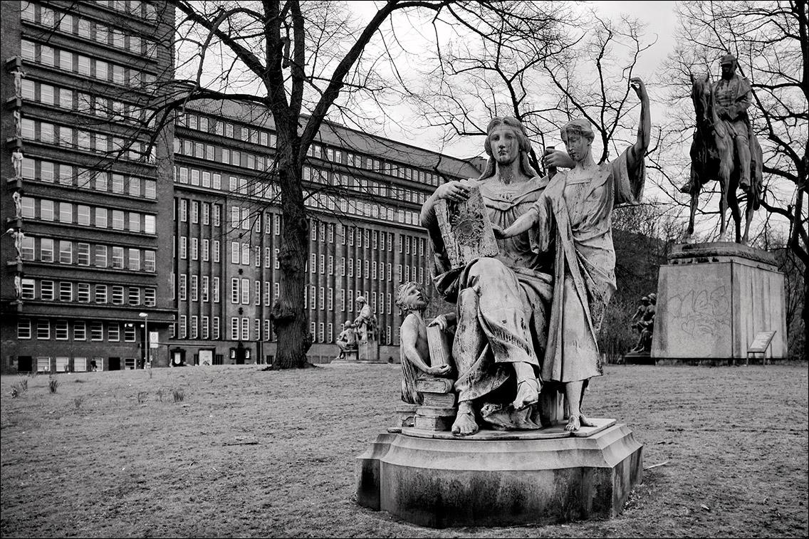 2012 0402BA in Kaiser-Wilhelm-Denkmal und vier allegorische Begleitfiguren am Sievekingplatz