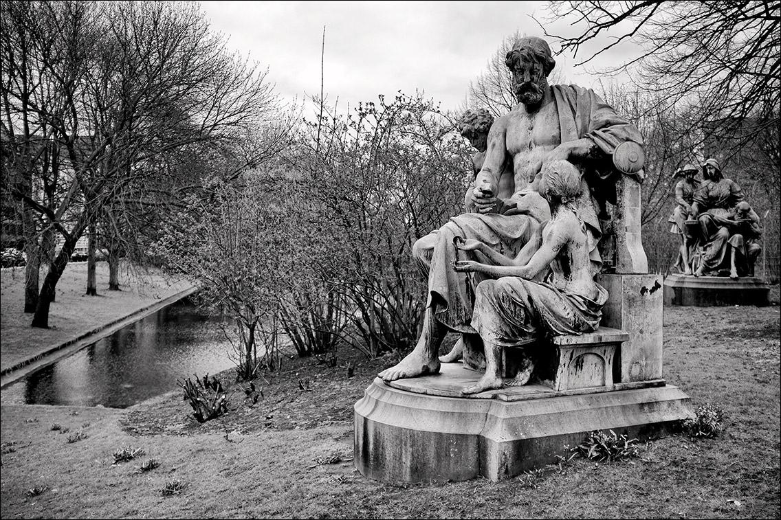 2012 0402BH in Kaiser-Wilhelm-Denkmal und vier allegorische Begleitfiguren am Sievekingplatz