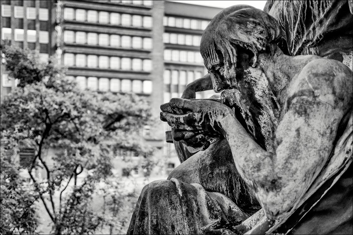 2013 05 16 006 in Kaiser-Wilhelm-Denkmal und vier allegorische Begleitfiguren am Sievekingplatz