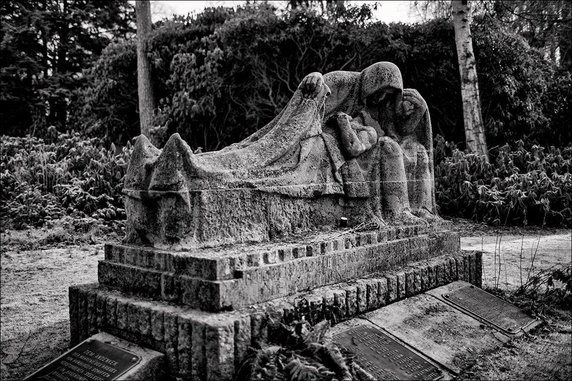 IMGL9500 Schiffsoffiziere 1920 in Bildhauer Arthur Bock auf dem Ohlsdorfer Friedhof