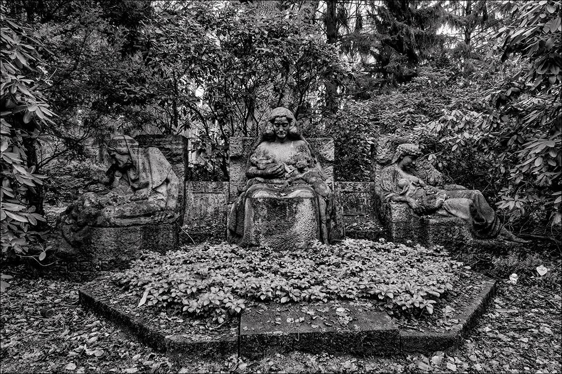 P1012208 Mond 1920 1926 in Bildhauer Arthur Bock auf dem Ohlsdorfer Friedhof
