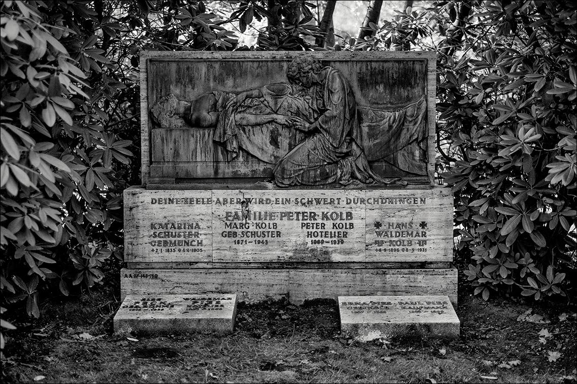 Kolb DSCF1299 in Bildhauer Arthur Bock auf dem Ohlsdorfer Friedhof